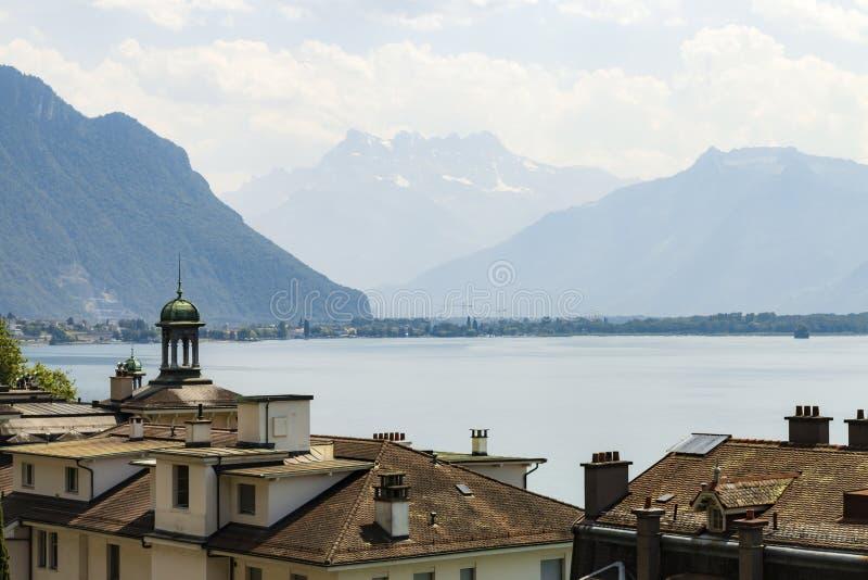 Sikt över tak i Montreux på Genève sjön på fjällängarna royaltyfria bilder