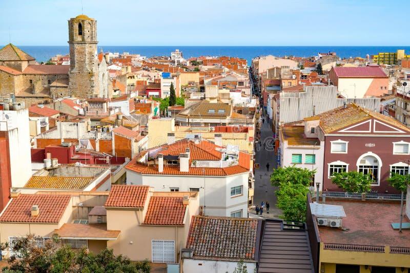 Sikt över taken av den gamla staden Malgrat de Fördärva med medelhavet i bakgrunden Malgrat de Fördärva, Spanien - Maj 03 2016 arkivbilder