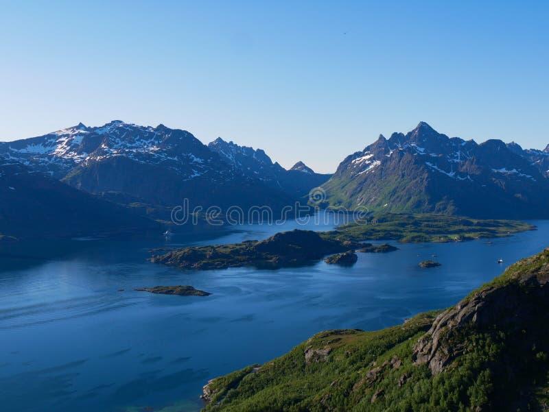 Sikt över Tengelfjord i Lofoten Norge fotografering för bildbyråer