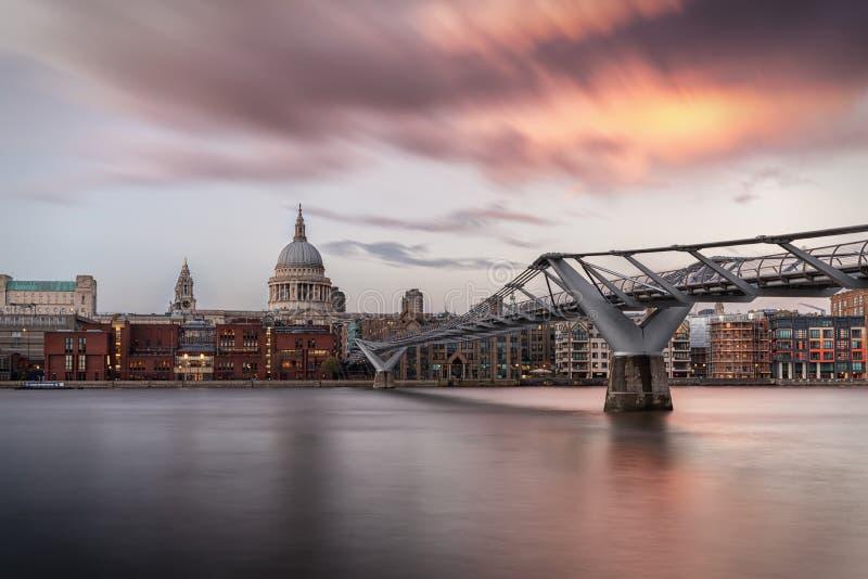 Sikt över Thameset River till Sten Pauls Cathedral i London, UK royaltyfri foto