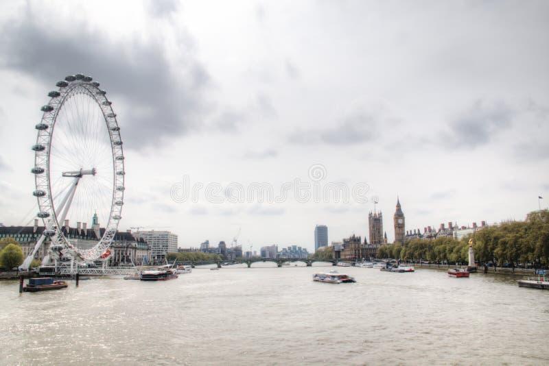 Sikt över Themsen med det London ögat och Big Ben arkivbilder