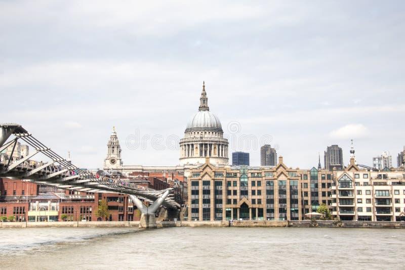 Sikt över Themsen med helgonet Paul Cathedral och spången arkivbilder