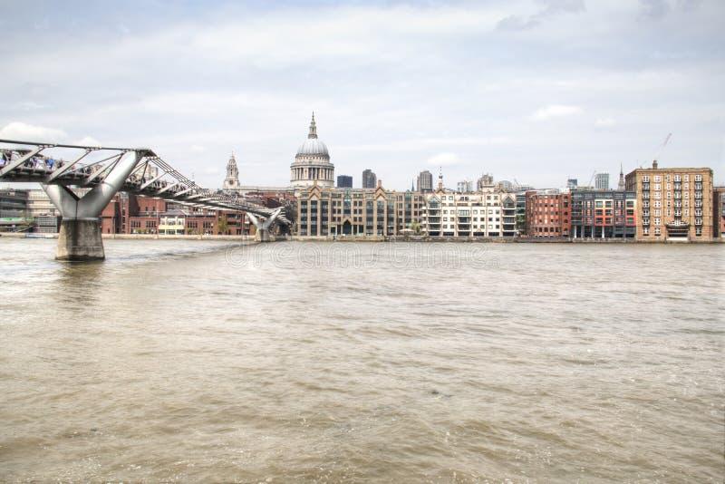 Sikt över Themsen med helgonet Paul Cathedral och spången royaltyfri fotografi