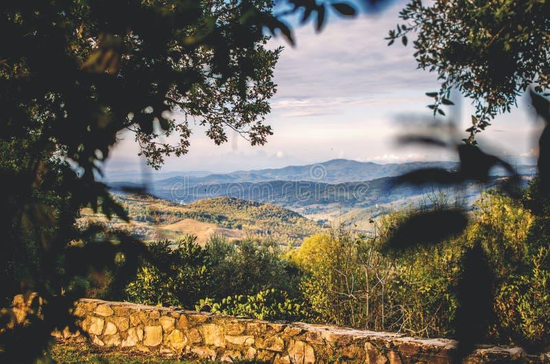 Sikt över Tuscany i höst royaltyfri foto