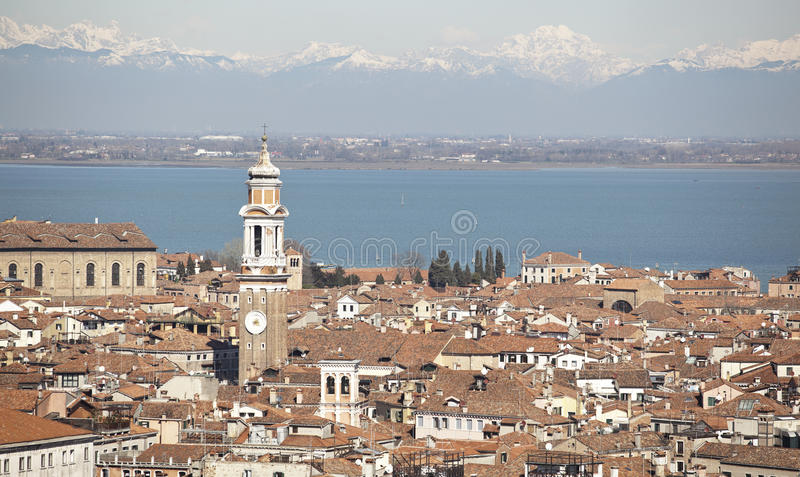 Sikt över Venedig och de snöig dolomitesna arkivbild