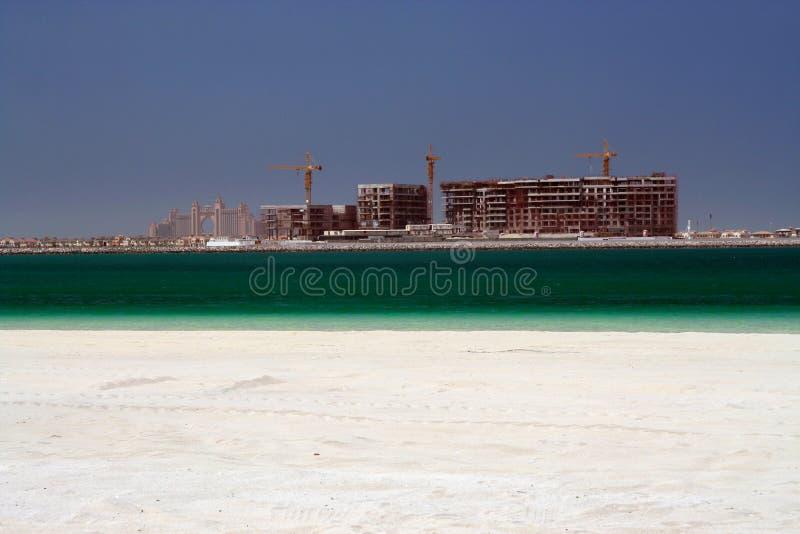 Sikt över vitt sand- och turkosvatten på konstruktionsplats i Dubai, 2009 royaltyfri fotografi