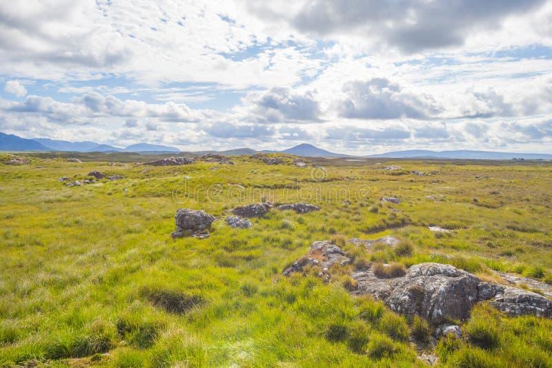 Sikt av ängarna, sjöarna och bergen av regionen Connemara i Irland arkivbilder