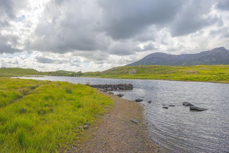 Sikt av ängarna, sjöarna och bergen av regionen Connemara i Irland royaltyfri foto