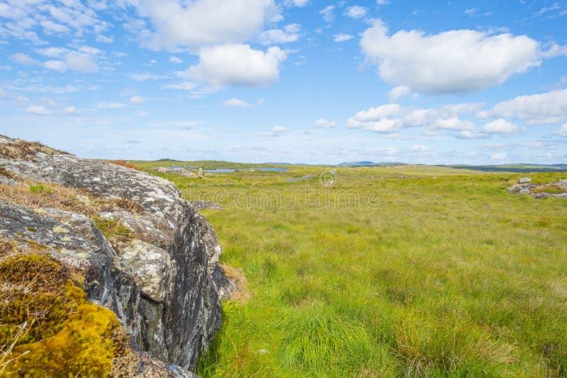 Sikt av ängarna, sjöarna och bergen av regionen Connemara i Irland arkivbild