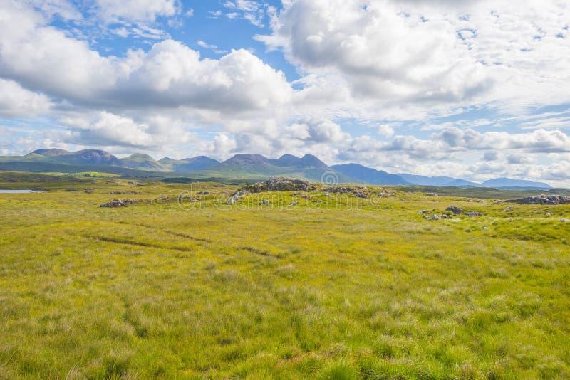 Sikt av ängarna, sjöarna och bergen av regionen Connemara i Irland arkivfoton