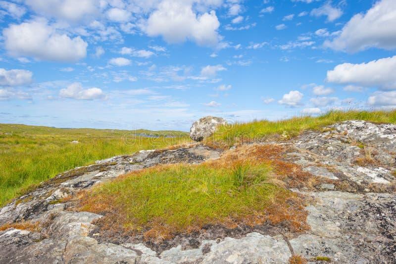 Sikt av ängarna, sjöarna och bergen av regionen Connemara i Irland arkivfoto