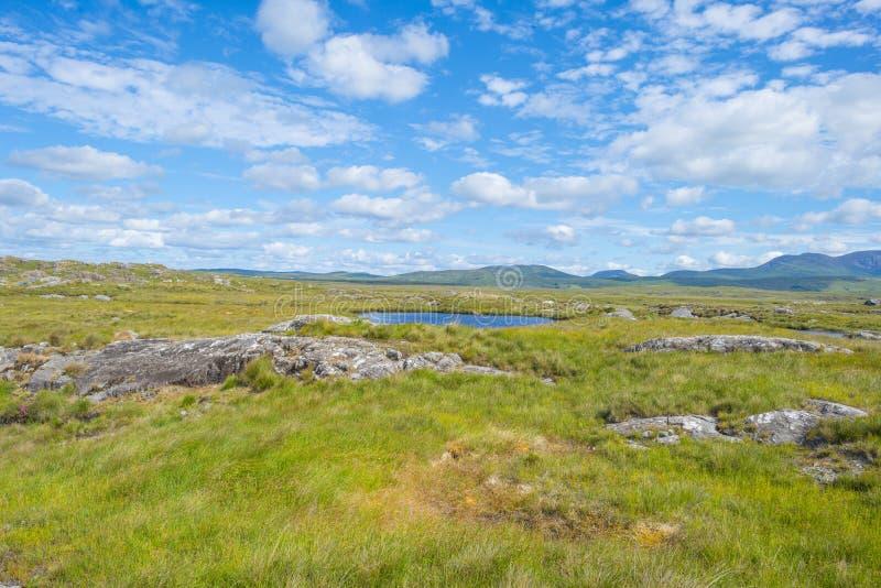 Sikt av ängarna, sjöarna och bergen av regionen Connemara i Irland fotografering för bildbyråer