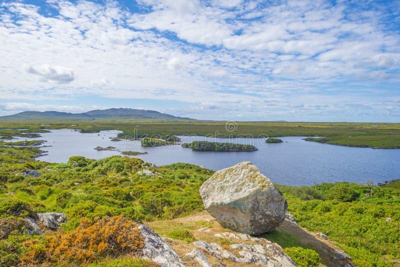 Sikt av ängarna, sjöarna och bergen av regionen Connemara i Irland royaltyfria bilder