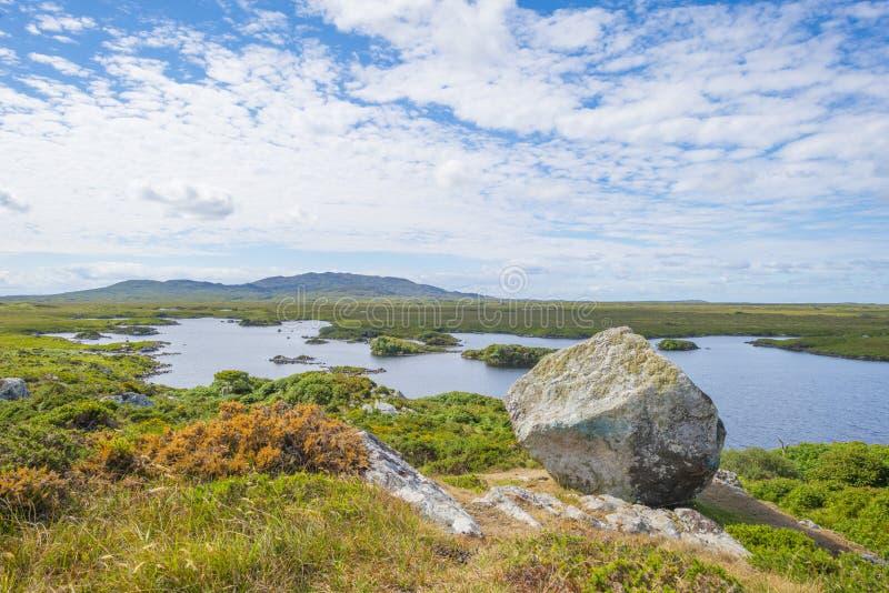 Sikt av ängarna, sjöarna och bergen av regionen Connemara i Irland royaltyfria foton