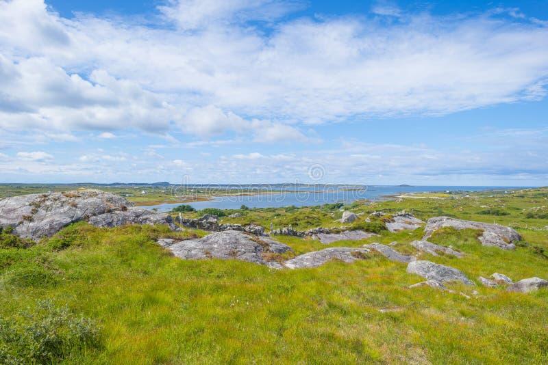 Sikt av ängarna, sjöarna och bergen av regionen Connemara i Irland royaltyfri bild