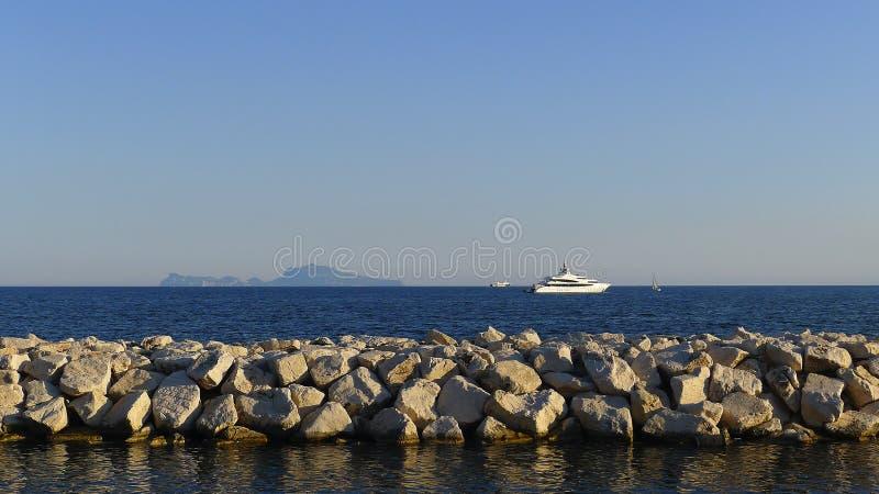Sikt av ön av Capri från Naples fotografering för bildbyråer