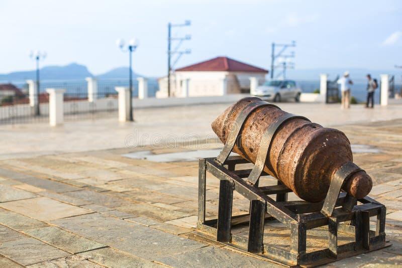 Sikt av ön Pylos har en lång historia arkivbild