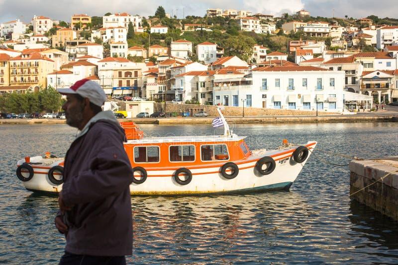 Sikt av ön Pylos har en lång historia, i klassiska tider, platsen var obebodd arkivfoton