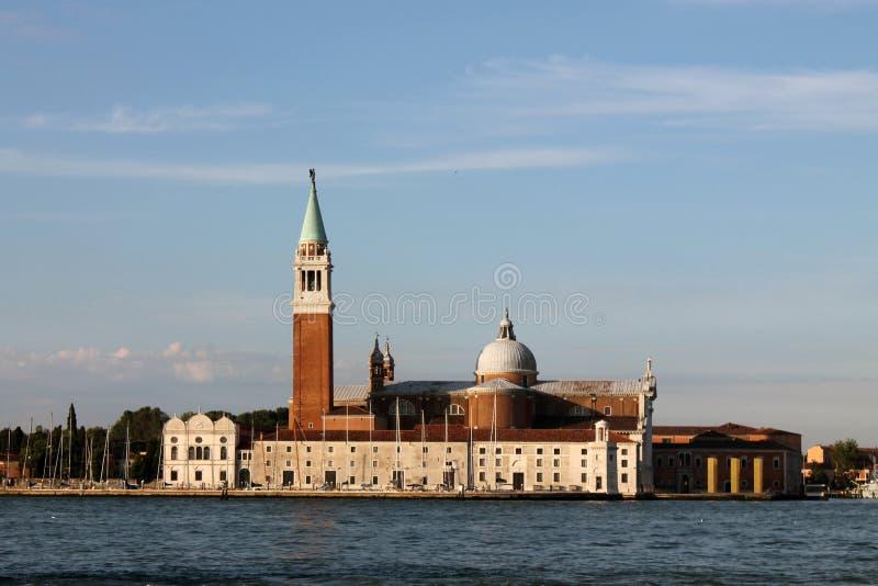 Sikt av ön av San Giorgio Maggiore i Venedig Italien med gondoler royaltyfria foton