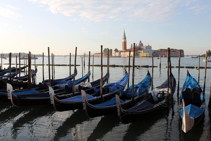 Sikt av ön av San Giorgio Maggiore i Venedig Italien med gondoler royaltyfria bilder