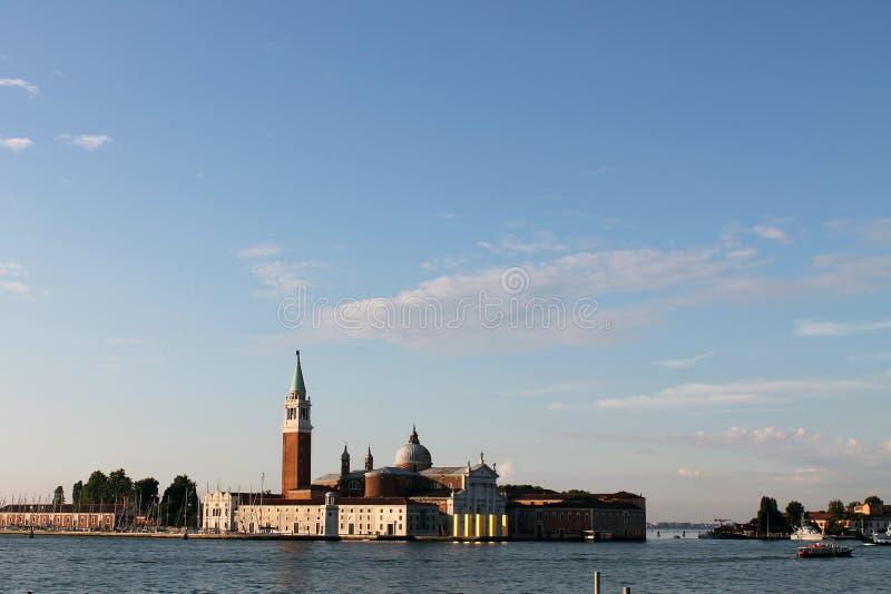 Sikt av ön av San Giorgio Maggiore i Venedig Italien med gondoler arkivfoton