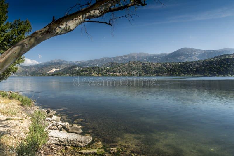Sikt av öppningen av Argostoli Kefalonia fotografering för bildbyråer