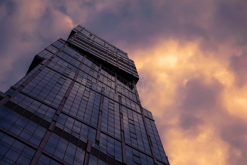 Sikt av övredelen av bakgrunden för skyskrapaaffärsmitt av solnedgånghimlen fotografering för bildbyråer
