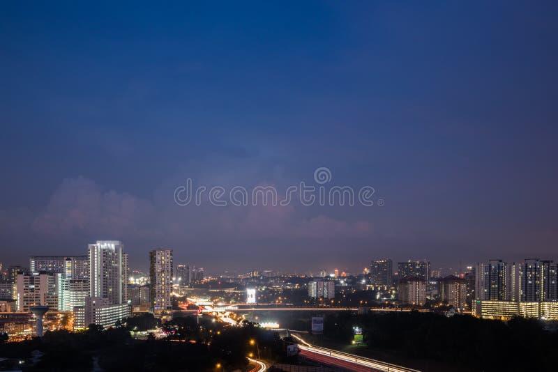 Sikt av affärsområdet i Shah Alam med den viktiga huvudvägen under blå timme arkivbild