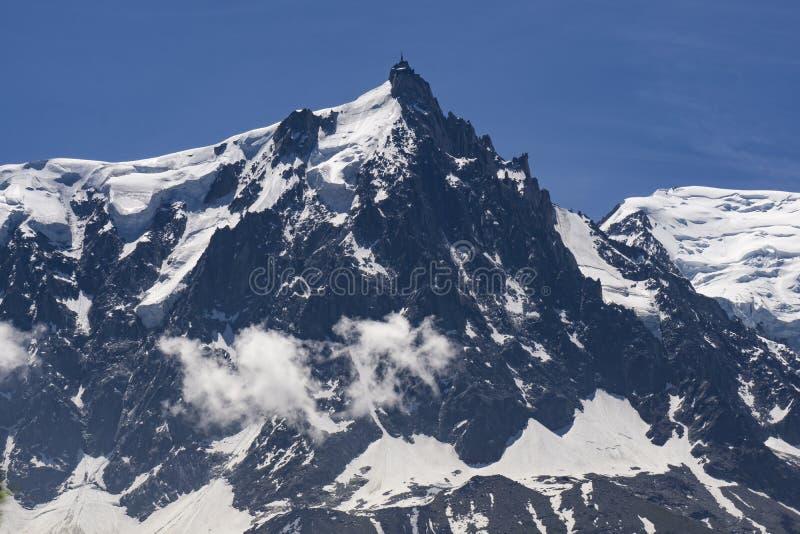 Sikt av Aiguille du Midi på en härlig solig dag franska alps royaltyfri bild