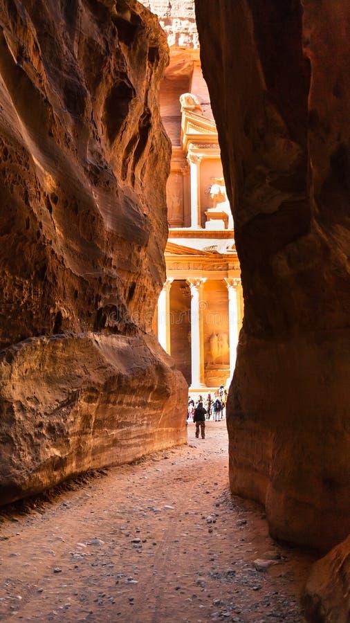 Sikt av al-Khaznehtemplet från Al Siq i Petra arkivfoto