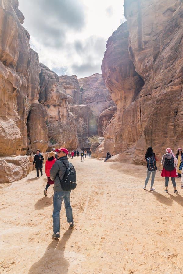Sikt av al-Siq i Petra, Jordanien Petra är en av de nya sju underna av världen arkivfoto