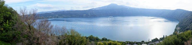 Sikt av albanosjön royaltyfri bild