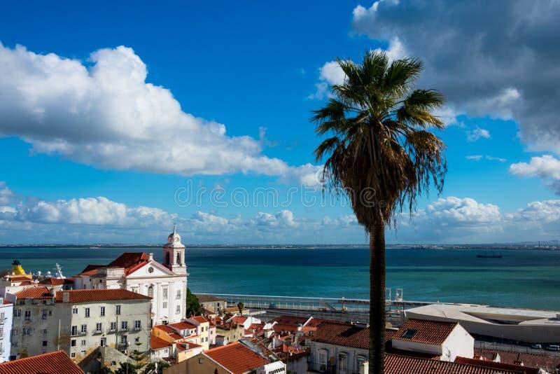 Sikt av Alfama dristrict, Tagus River Rio Tajo royaltyfria bilder