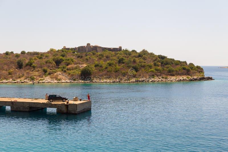 Sikt av Ali Pasha Castle i Porto Palermo, Albanien arkivfoton