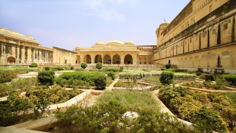 Sikt av Amber Fort trädgårdar royaltyfria foton