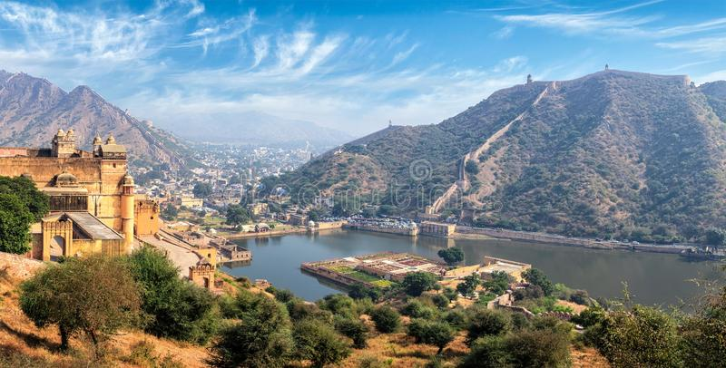 Sikt av Amer & x28; Amber& x29; fort och Maota sjö, Rajasthan, Indien royaltyfri bild