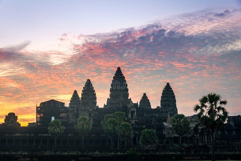 Sikt av Angkor Wat i soluppgångtid med en härlig skymninghimmel i Siem Reap, Cambodja royaltyfri fotografi