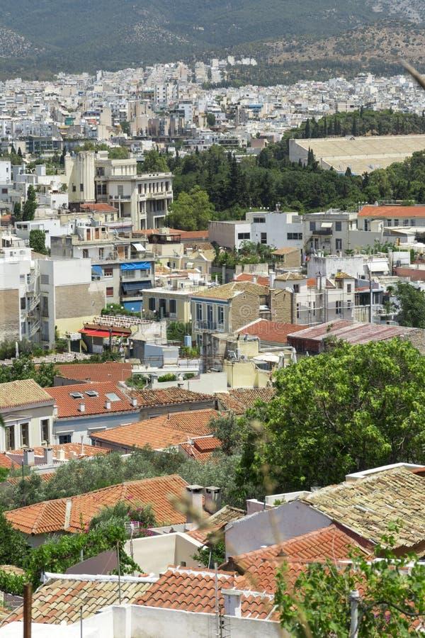 Sikt av Aten från över, tak av byggnader med röda tegelplattor royaltyfria bilder