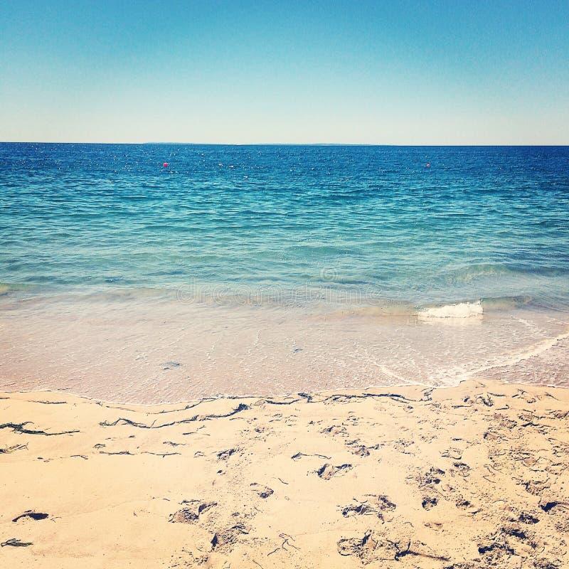 Sikt av Atlantic Ocean från strandsemesterort royaltyfri foto