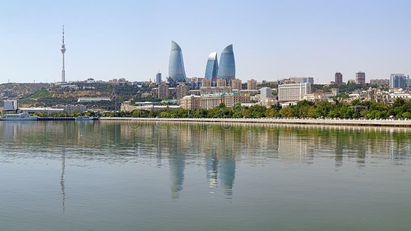 Sikt av Baku som är i stadens centrum från Kaspiska havet, Azerbajdzjan royaltyfria foton