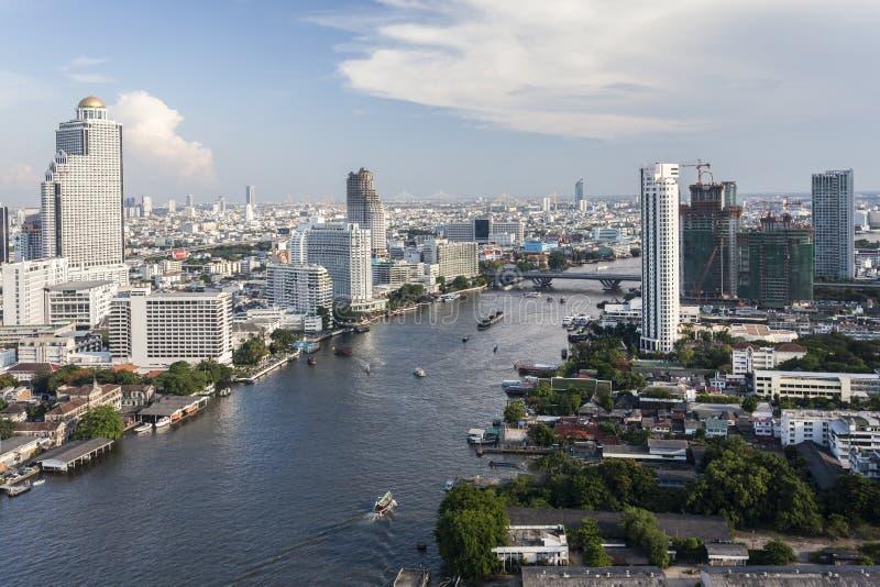 Sikt av Bangkok och floden Chao Phraya fotografering för bildbyråer