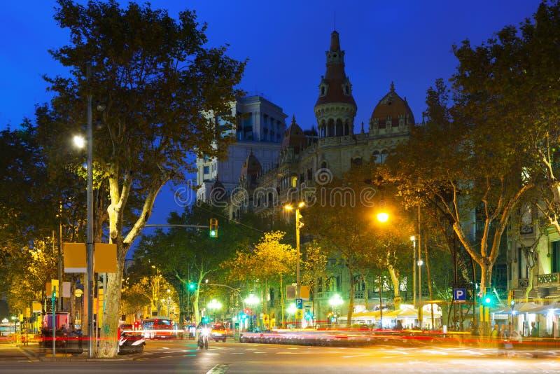 Sikt av Barcelona, Passeig de Gracia i höstafton royaltyfri foto