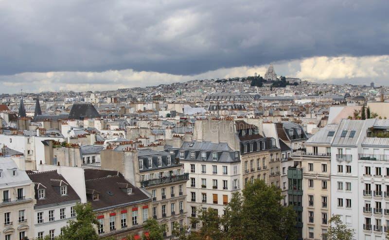 Sikt av basilikan av Sacren Coeur på en molnig dag france montmartre paris arkivbilder