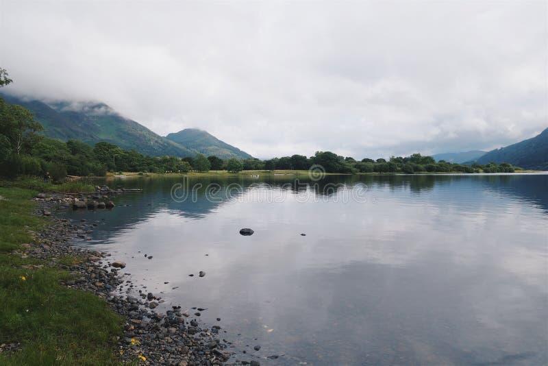 Sikt av Bassenthwaite sjö det på engelska området för sjö royaltyfria foton