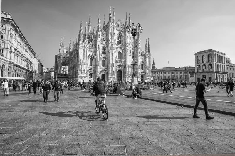Sikt av berömda Milan Cathedral Duomo di Milano, i Duomofyrkant, Italien royaltyfria bilder