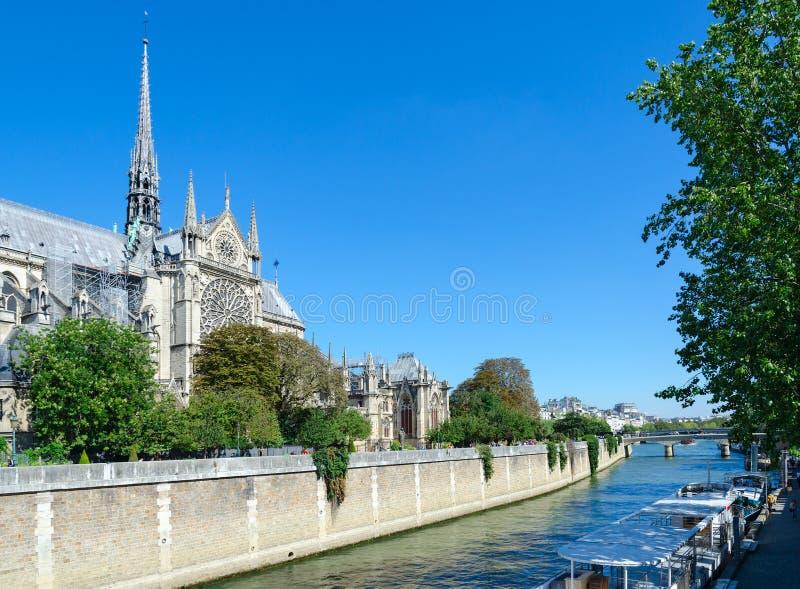 Sikt av berömda Notre Dame de Paris Cathedral och den flodSeine invallningen, Paris, Frankrike royaltyfria bilder