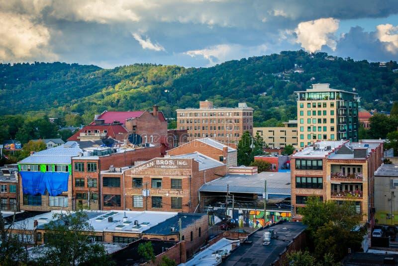 Sikt av berg och byggnader i i stadens centrum Asheville, norr bil royaltyfri fotografi