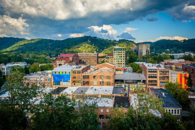 Sikt av berg och byggnader i i stadens centrum Asheville, norr bil royaltyfri foto