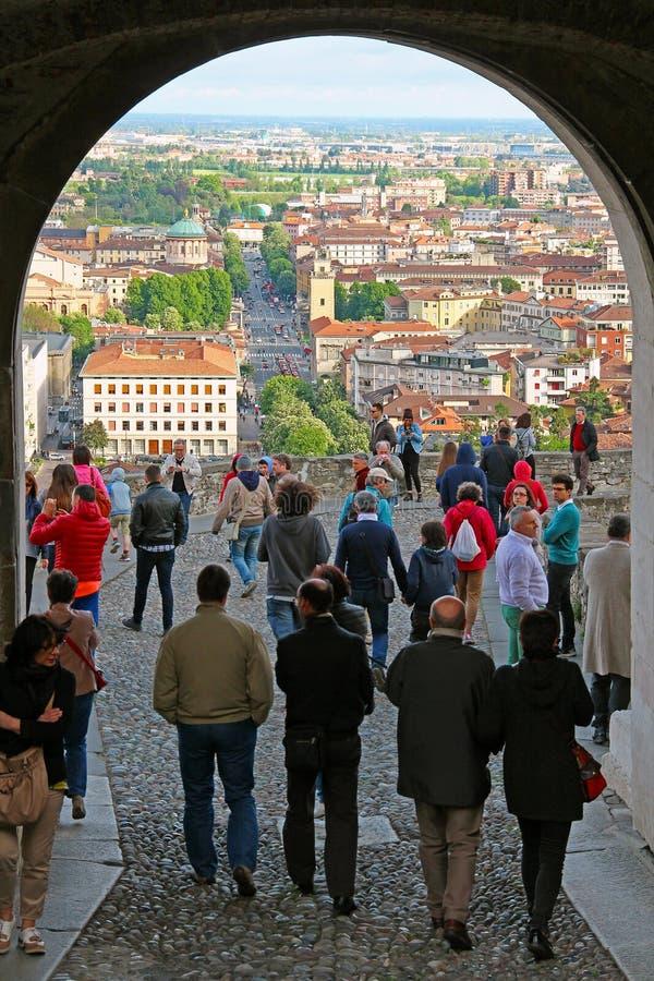 Sikt av Bergamo lägre stad från helgonet Giacomo Gate, Italien arkivfoton