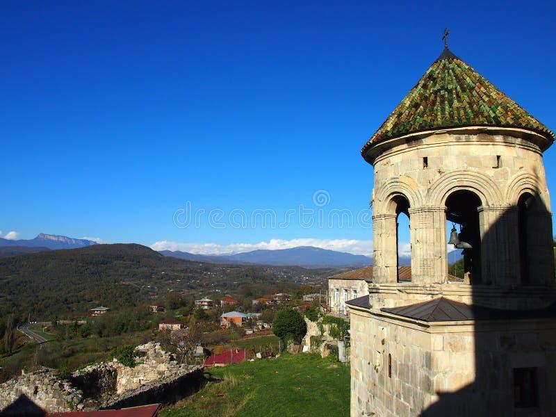 Sikt av bergen från det forntida klockatornet av den kristna kyrkan royaltyfria bilder